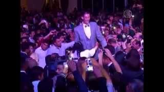 видео: Самый высокий человек в мире женился (новости)