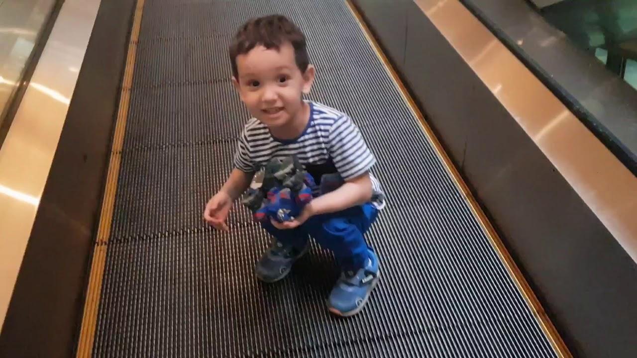 Ali Uras Şekerini Yürüyen Merdivene Düşürdü. Şeker Kırıldı Pis Oldu Ali Uras Çok Üzüldü. Kids Videos