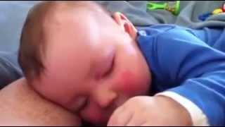 beba koja ne prestaje da se smije dok spava
