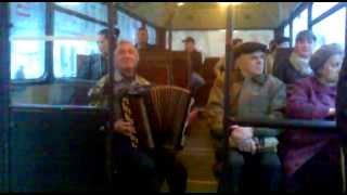 АААА ржака 1 мая 6 утра автобус дед жгёт смотреть до конца всем))))