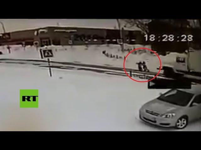 Dos niños se salvan de milagro del atropello de un camión
