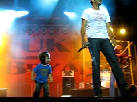 "Luke Bryan's son Bo dancing as his daddy sings ""Country Man"""
