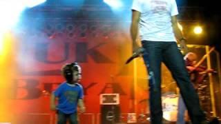 Luke Bryan's son Bo dancing as his daddy sings