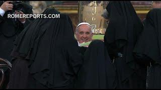 """Divertido """"asalto"""" de las monjas de clausura de Nápoles al Papa Francisco"""
