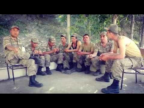Askerlerden demlenirken lamba altında mukemmel beste