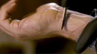 【穷电影】小镇感染未知病毒,被感染的人割开手腕,却是这怪样