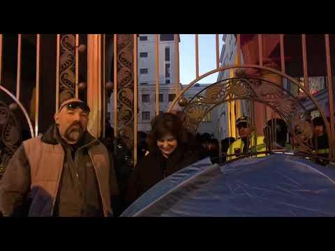 У входов в парламент Грузии разбили палатки
