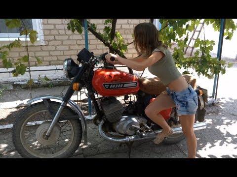 видео: Красивая девушка заводит советский мотоцикл