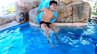 Brincando na Piscina do Resort com Escorregador Infantil e Pula Pula