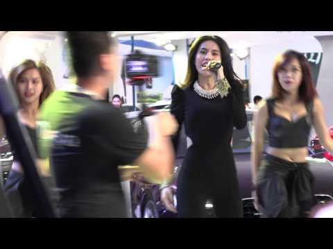 Mashup Kiss Me - Thủy Tiên biểu diễn tại triển lãm Ô tô quốc tế Việt nam