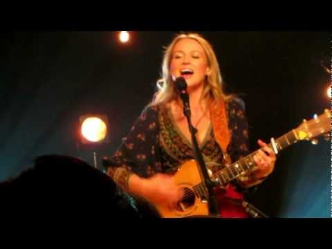 Jewel Performs