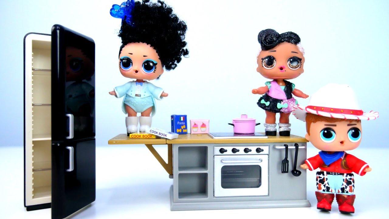 Куклы LOL Surprise помогают маме накухне— Новая игрушечная мебель для кукол— Видео для детей