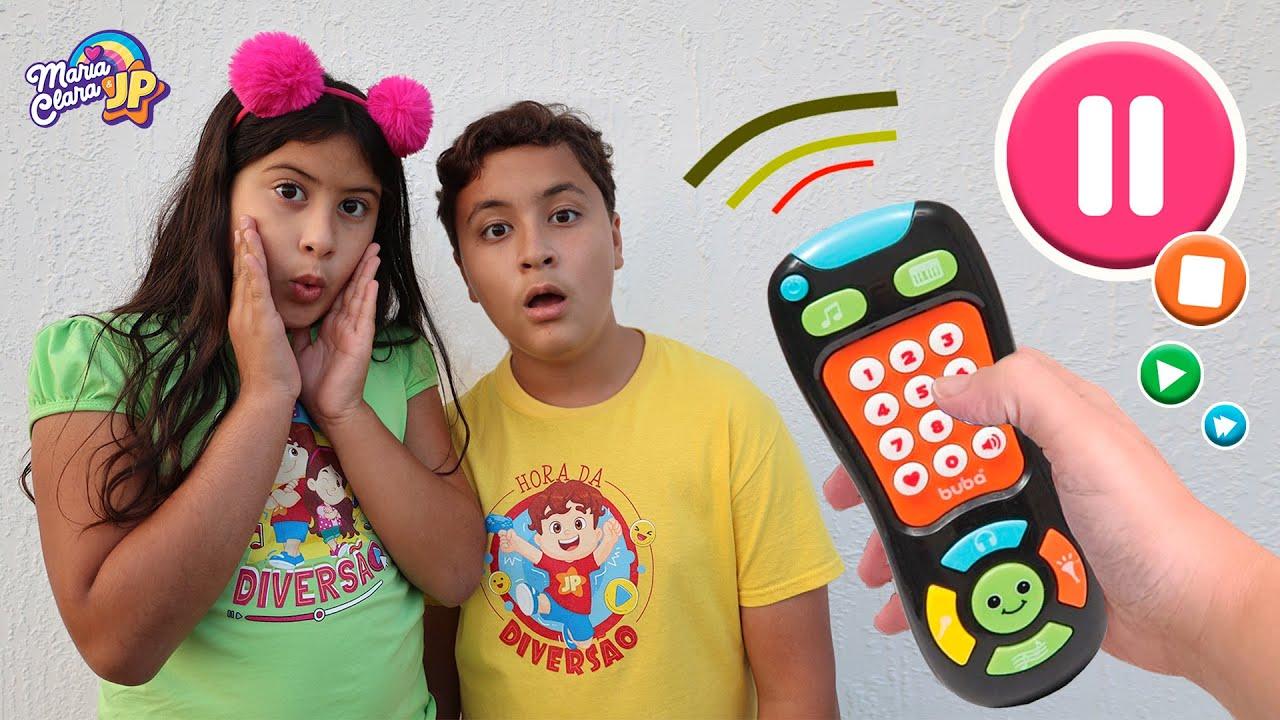 Maria Clara e JP brincam com o controle remoto mágico! Pause challenge