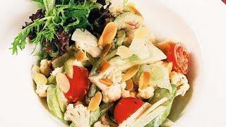 Салат из цветной капусты овощей и яблок