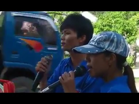 Chồng trẻ và vợ mù hát rong bài