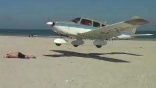 Flugzeug landet fast im Sand auf einem Urlauber am Strand von Helgoland