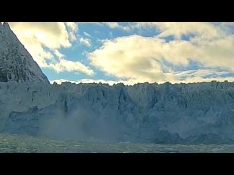 Gletscher in der Arktis kalbt