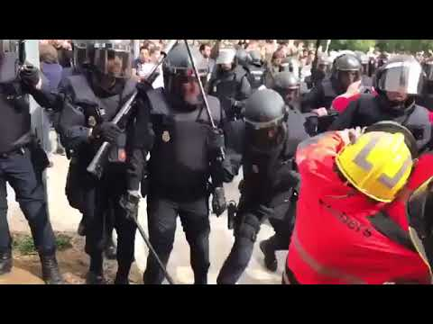The Spain National Police attack local Catalan firefighters. #Spain #CatalanReferendum