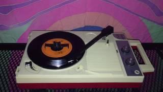 アースの名曲「宇宙のファンタジー」のシングル盤をポータブルプレイヤ...
