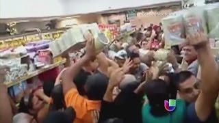 Regresan los saqueos a Venezuela ante la escasez de alimentos -- Noticiero Univisión(Más noticias: http://bit.ly/YlMQP2 Cientos de frustrados pobladores asaltaron un supermercado en ese país. SUSCRIBETE!: http://bit.ly/10Tv8QF Noticiero ..., 2014-02-01T05:55:01.000Z)