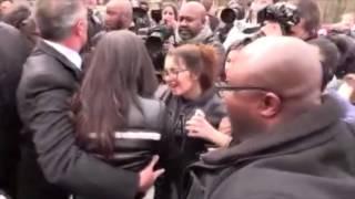 Селена Гомес подверглась атаке фанатов и папарацци в Париже(11 марта 2015 в Париже Селена Гомес была атакована своими фанатами и дикими папарацции, охране едва удалось..., 2015-03-14T23:22:12.000Z)
