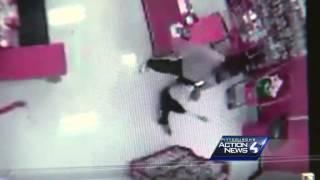 فيديو| زبائن متجر ينقذون فتاة من الموت طعنا بالسكين
