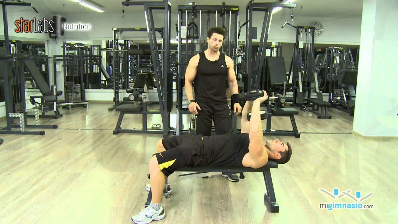 ejercicios de pecho en casa con pesas