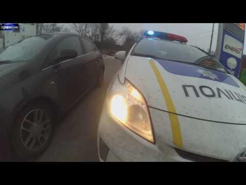 видео: полицейский Ковадло бьет людей