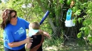 Женщина рискует с бейсбольной битой ради удовольствия девочек в Америке, США.