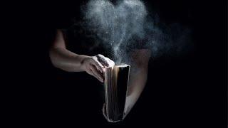 Mira lo que pasa cuando dejas una Biblia abierta en la noche