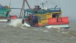 Ghe biển vẫn ra khơi đánh cá khi bảo vào gần bờ/ship