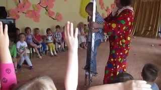 Цирковой клоун в детском садике с представлением(Соло цирк Галактика, клоун Александр Павличенко: http://kloun.net Небольшой интерактив, где во время представлени..., 2014-07-21T11:08:47.000Z)