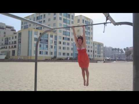 Girl Muscle up - Santa Monica Beach