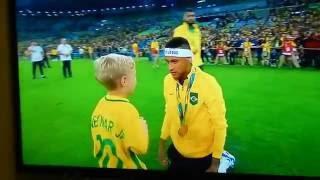 Neymar e Filho ネイマールと息子  リオオリンピックでブラジルが金メダルを獲得後のネイマール、息子のほほえましい抱擁のシーン ブルーナマルケジーニ 検索動画 23