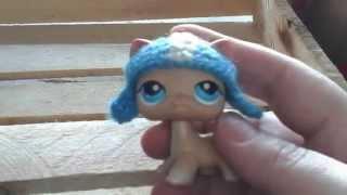 Кошка бежевая #228 стоячая с голубыми глазами в голубой шапочке