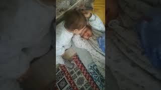 Kardeşini öperek uyandırıyor #cutetwins #Sevimliİkizler #MerhabaArkadaşım