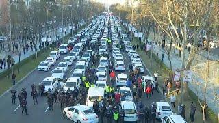 شاهد: آلاف سيارات التاكسي تغلق شوارع مدريد بسبب الاضراب…