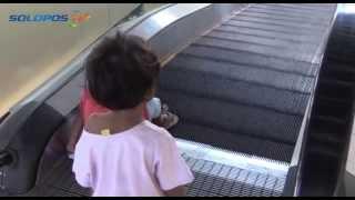 aksi-bahaya-anak-anak-main-eskalator-pasar-tanggul-solo
