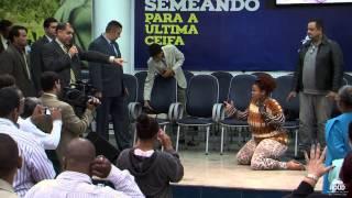 Pastor Marcos Pereira enfrenta demônio