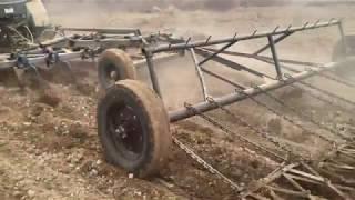 Өңдеу жер учаскесін чизелем және бороной. Қалпына келтірілген жасыл трактор БЕЛАРУС МТЗ 1221