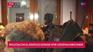 Policías en el edificio donde vive Cristina Kirchner