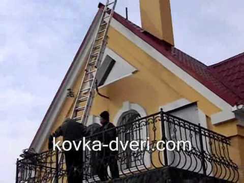 Установка кованого флюгера на крыше частного дома с раскладной лестницы на балконе.