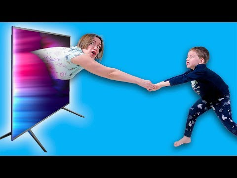 Мама попала в телевизор и дети не знают что делать!