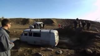 УАЗ буханка ездить на гонках по бездорожью в грязи