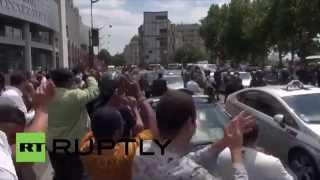 Protestation contre Uber à Paris: les chauffeurs de taxi se font gazer