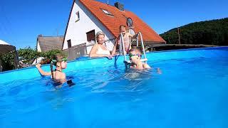 Ника, Дерек и Марийка купаются в бассейне.