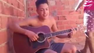 Emocionada garota chora ao ver amigo cantar