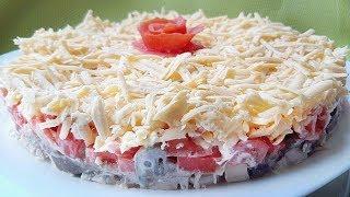"""Восхитительный салат """"Гурман"""" с курицей, грибами, сыром и помидорами украсит любой праздничный стол."""