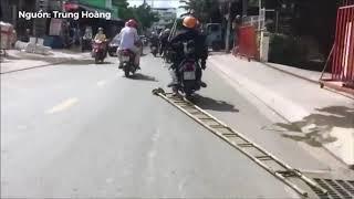 [Hóng 24h] quá nguy hiểm cách chở đồ 2 anh thợ điện