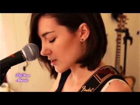 девушки поют под гитару